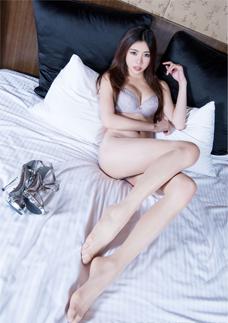 性感腿(tui)模Zoey吊帶(dai)絲襪床上(shang)妖媚寫真